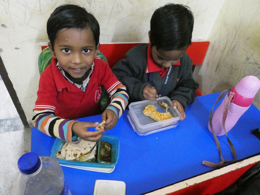 Les cuillères sont utilisées pour manger le riz. Ph.Delahaye.
