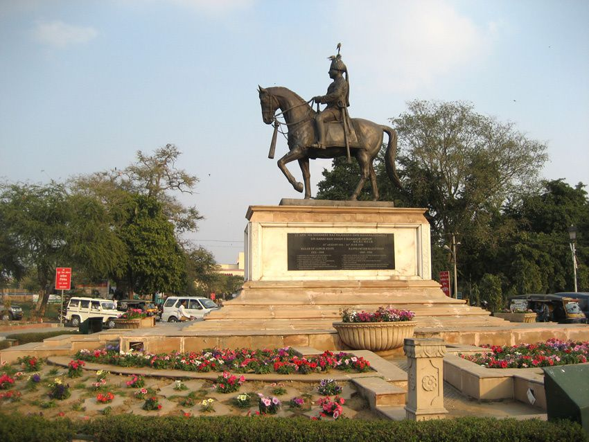 Statue de Maharaja face au Musée Albert. Ph. Delahaye.