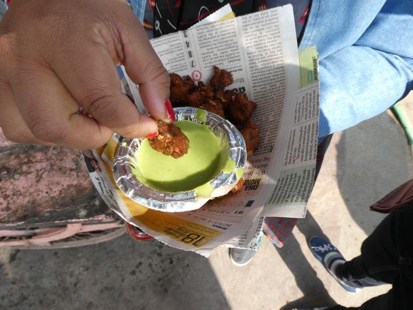 Anju achète des beignets. Très épicés, on les trempe dans une sauce à la coriandre qui les adoucit un peu. Ph. Delahaye.