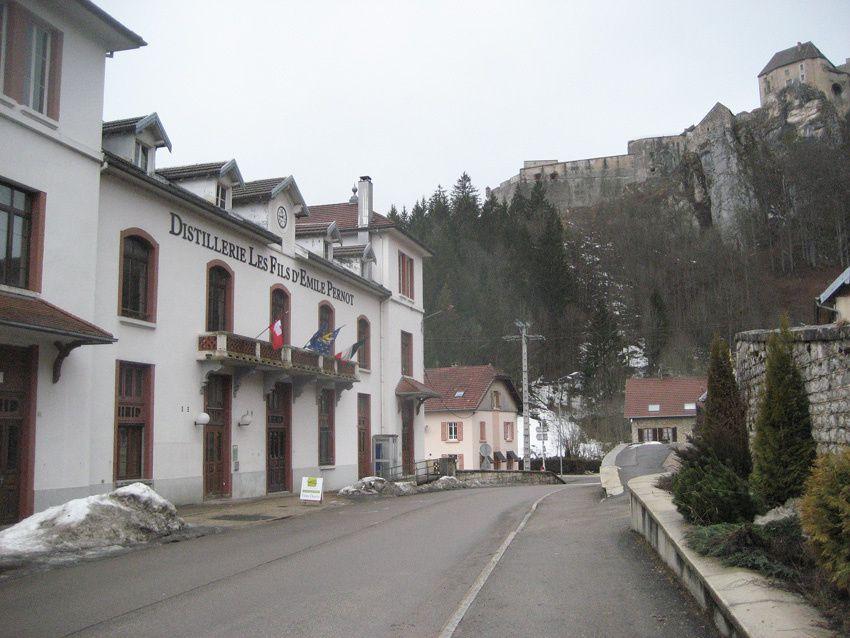 La distillerie Les Fils d'Émile Pernot à la Cluze et Mijoux. Vue sur le château de Joux. Ph. Delahaye.