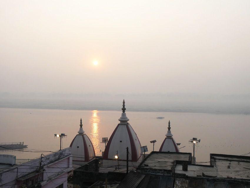 Lever du soleil sur le Gange. Ph. Delahaye.