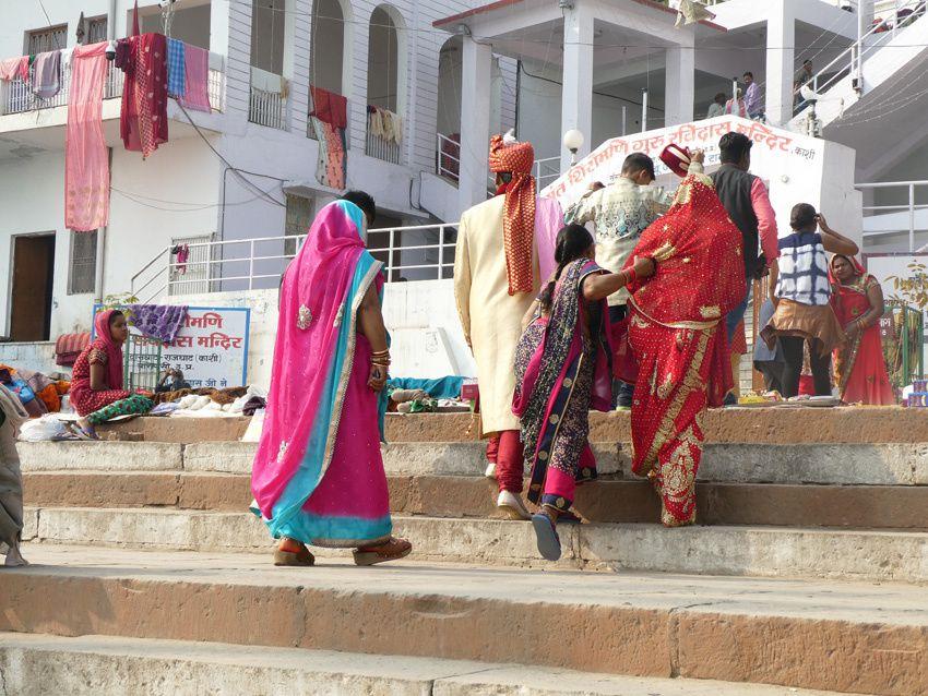 Parmi les pèlerins, un couple de mariés. Faire des offrandes au Gange est pour eux un gage de félicité. Ph. Delahaye.