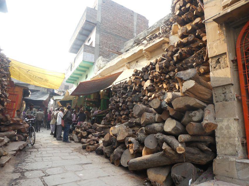 Bois stocké dans la rue derrière Marnikarnika ghat. Ph. Delahaye.