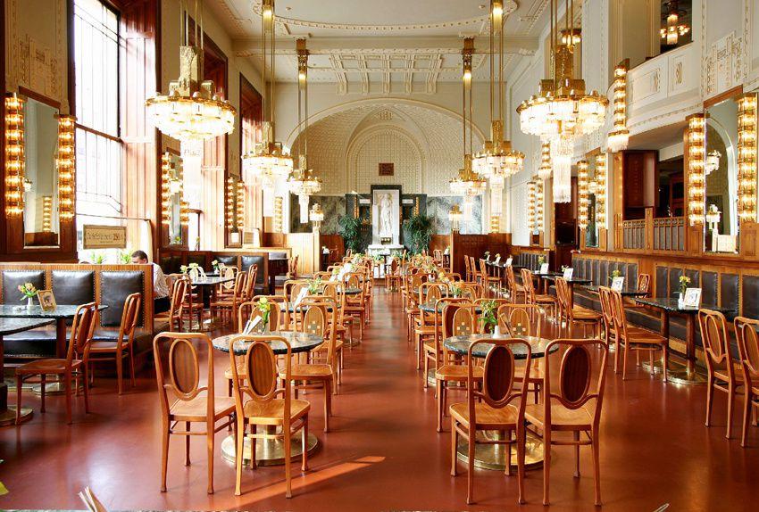 Le café-restaurant avec ses belles lampes. Au fond de la salle, une statue en albâtre.