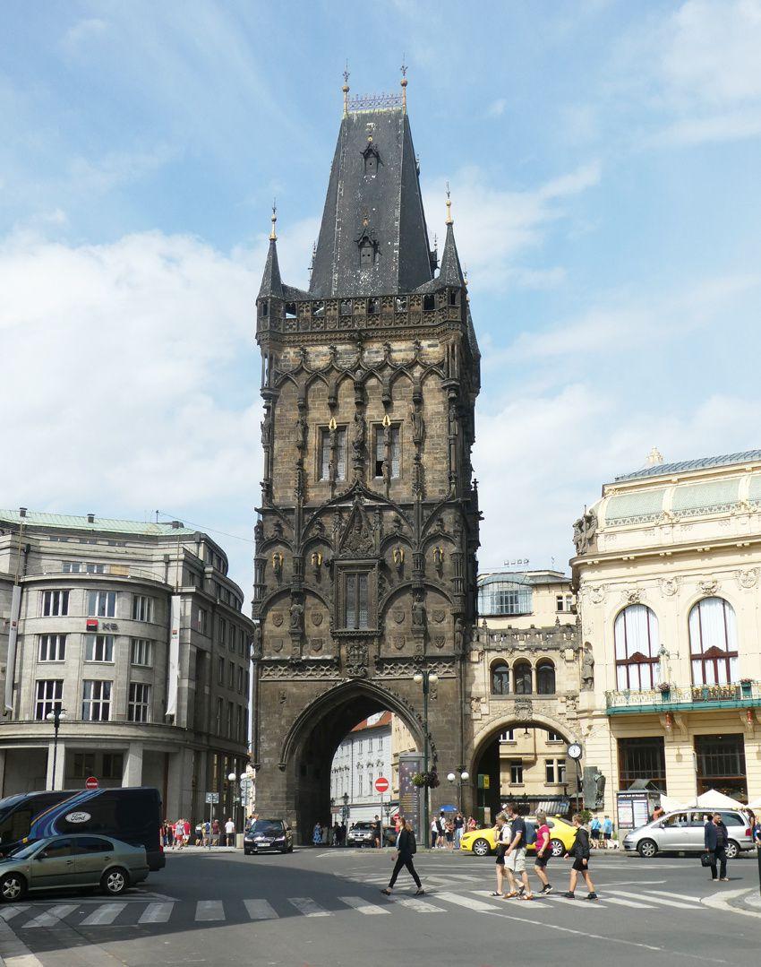 La Tour poudrière reliée par un pont de pierre à la Maison municipale. Ph. Delahaye.