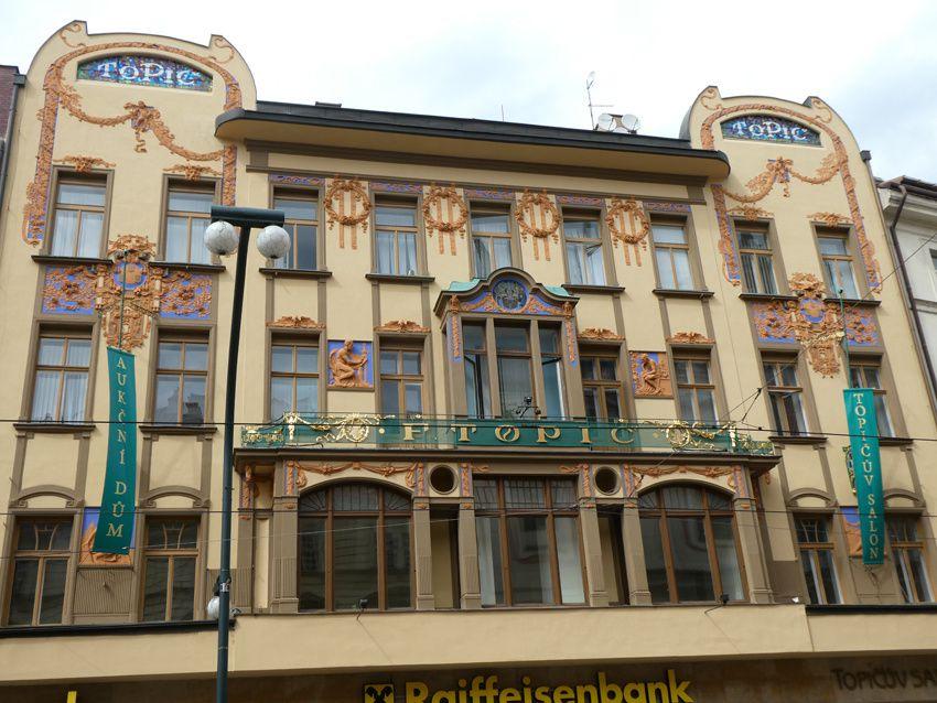 Immeuble abritant une banque. Ph. Delahaye.