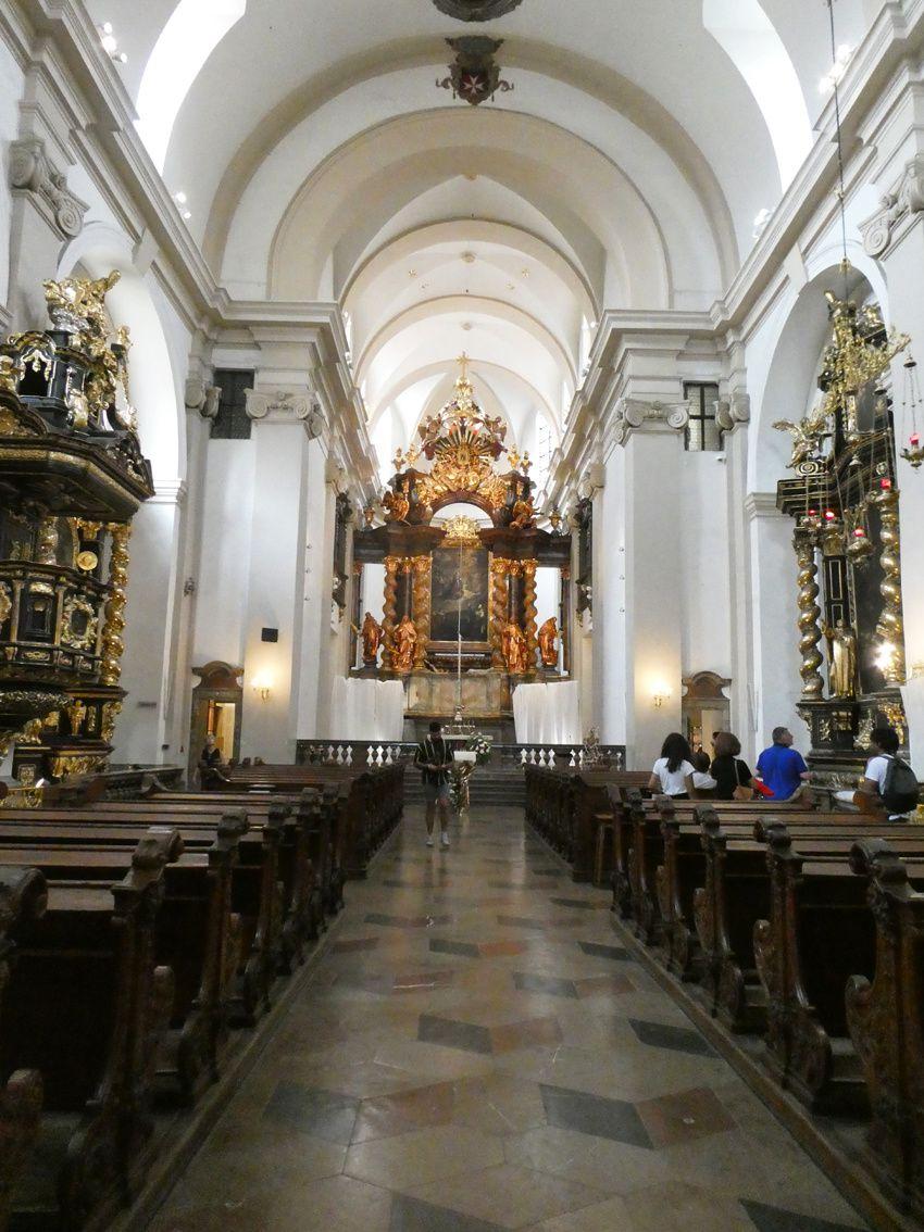 Intérieur de l'église et détail du chœur. Ph. Delahaye.