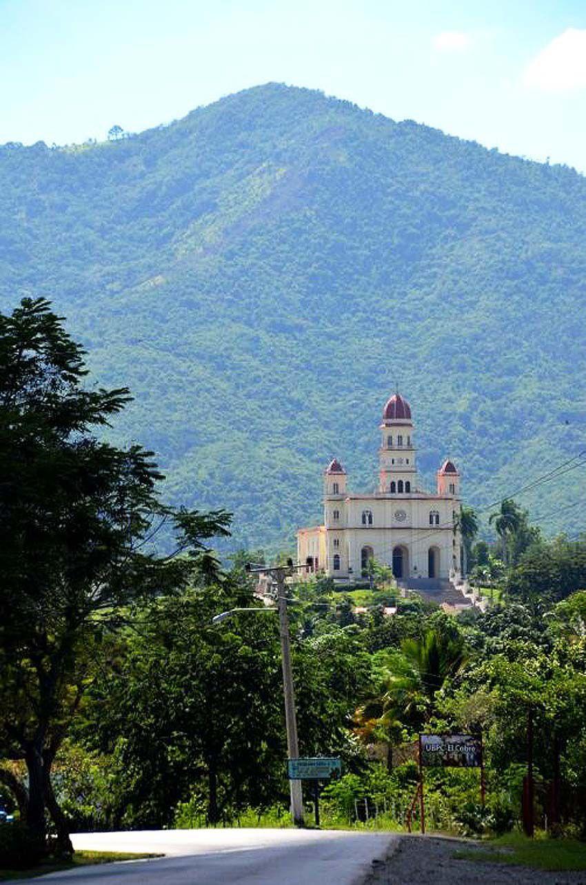 La Basilique Notre-Dame de la charité del Cobre. Derrière, la Sierra Maestra. Ph. Delahaye.