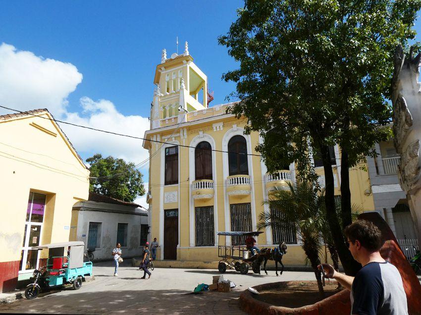 Aperçu des immeubles entourant la place centrale dite Place de la Révolution. Ph. Delahaye.
