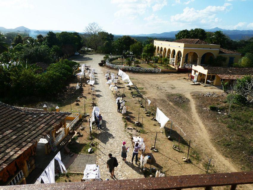 Vue depuis la tour sur des artisans et un restaurant. Ph. Delahaye.