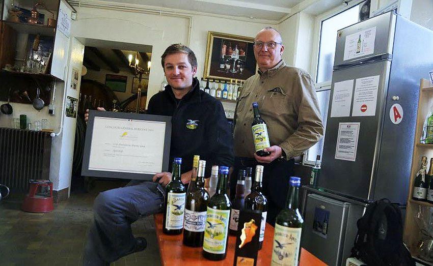 François et son fils Pierre, 5ème génération de distillateurs, avec le diplôme du Prix de l'Excellence qui leur a été remis en 2019 dans les Salons du Ministère de l'Agriculture.