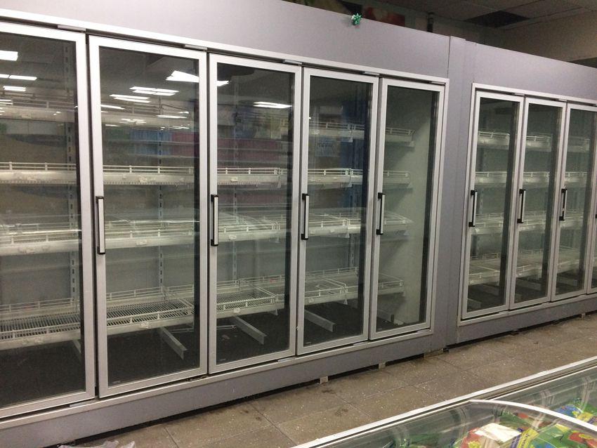 Armoires frigorifiques. Certaines contiennent un peu de viande. Ph. Delahaye.