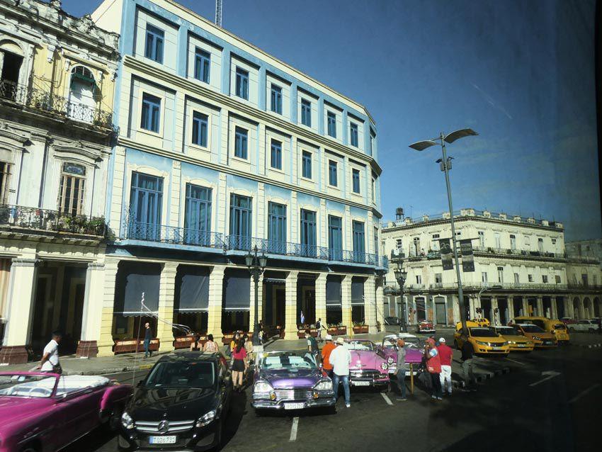 Contraste entre immeubles de style colonial et modernes. Ph. Delahaye.