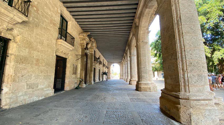 Le long du musée, le passage est couvert, délimité par des arcades. Ph. Delahaye.