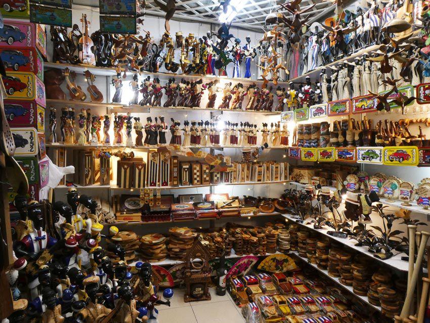 Objets et figurines en bois. Ph. Delahaye.
