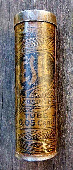 Coco du Brésil. Tube. Hauteur : 5 cm; diamètre : 1,5 cm. Coll. Thuillier.