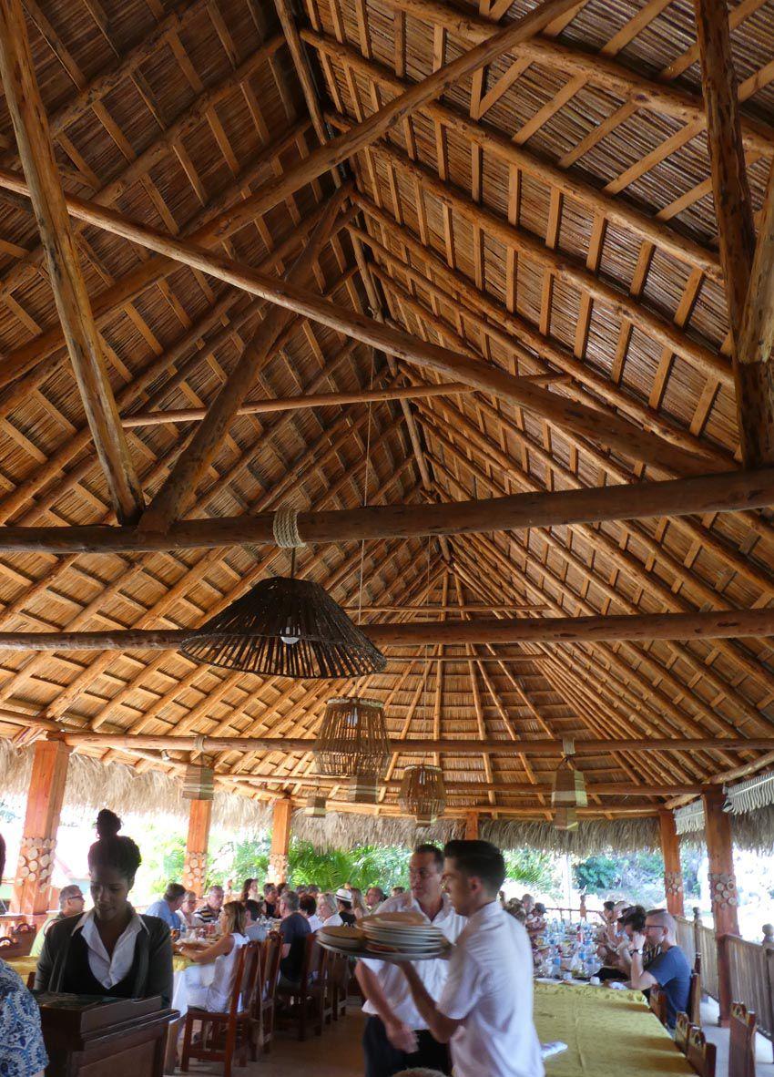 Restaurant à la magnifique charpente et fermier sur son zébu. Ph. Delahaye.