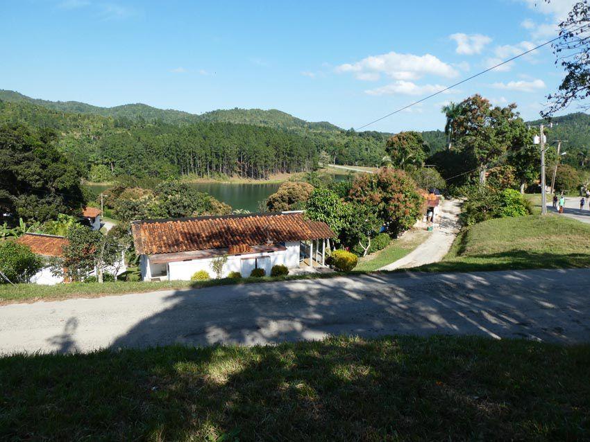 Vue d'une partie du village avec le lac Saint-Jean. Ph. Delahaye.
