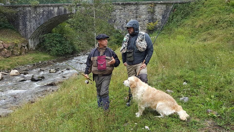 Trois pêcheurs et une rivière .