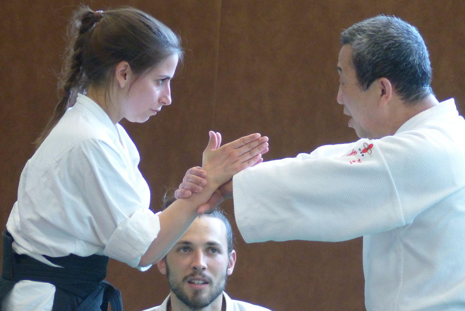 Blocage articulaire lors d'un exercice avec Takeshi Kawabe (auteur : Aïki-kohaï)