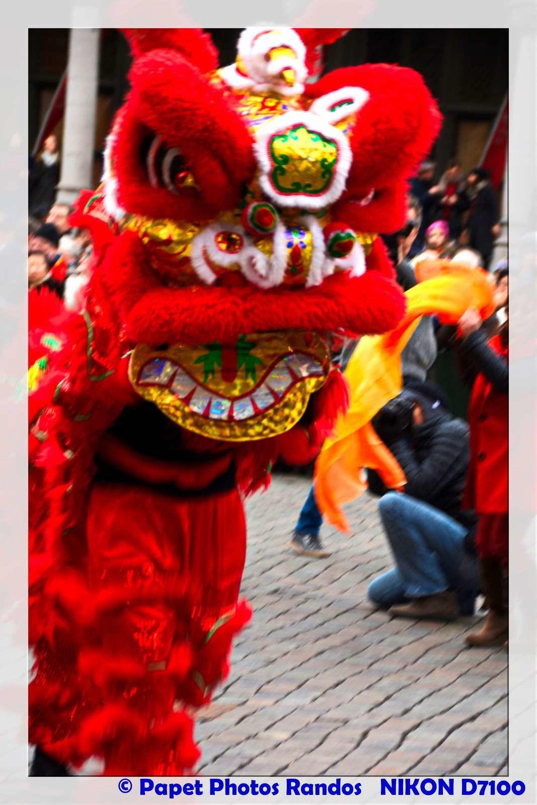 Nouvel An Chinois 2017, a Bruxelles, ( 1e partie sur la Grand Place) (la 2e sera la Parade  a la Bourse) Bon voyage en photos  Merci a Cindy ( pour la Belle place photos a la Bourse & un grand Bonjour au deux Bruxelloises,( Chaises) fort sympa