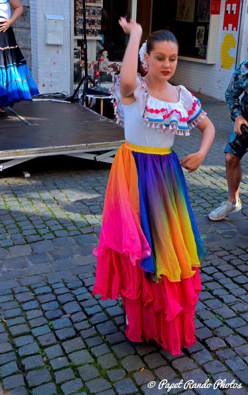 MONS  autour du Monde, danses de tout pays, plus de 5 podiums dans le centre de Mons, premiere partie avec le Flamenco & le groupe Duende de Flamenco de La Louviere , groupe que je connais depuis plus de quatre ans, bravo a Magdalena & son groupe qui donne envie de connaitre l'Andalouisie (  passé une semaine merveilleuse fin aout sur la Vuelta 2017)