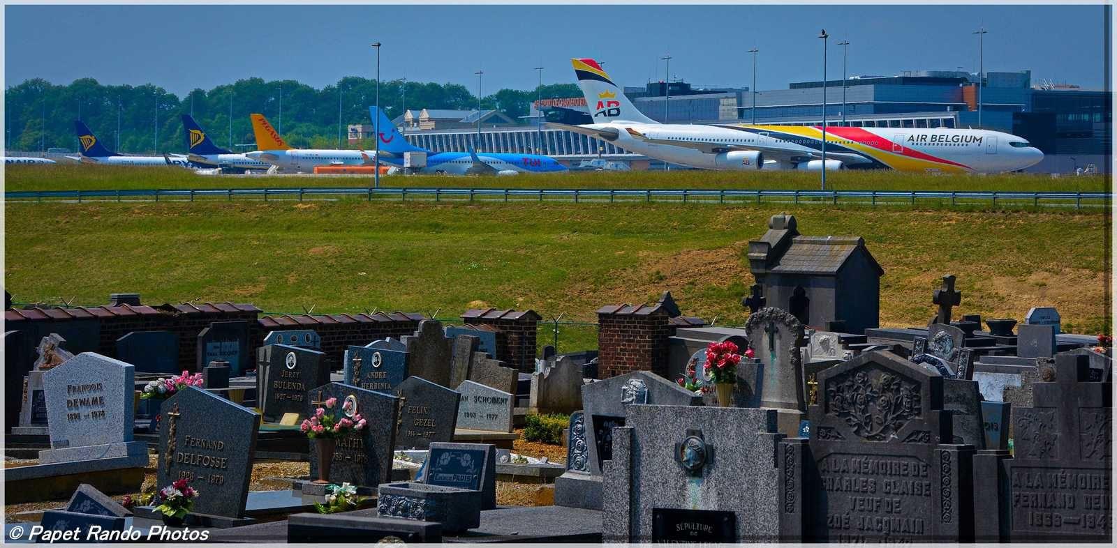 Insolite le cimetiere de Ransart Centre, dans l'aeroport de Bruxelles Susd CHARLEROI?? le seul aeroport avec un  sentier amenagé pour les pietons ( extra pour moi, j'habite a 1,5 km , d'ou depart en vacances ou autres a pied )