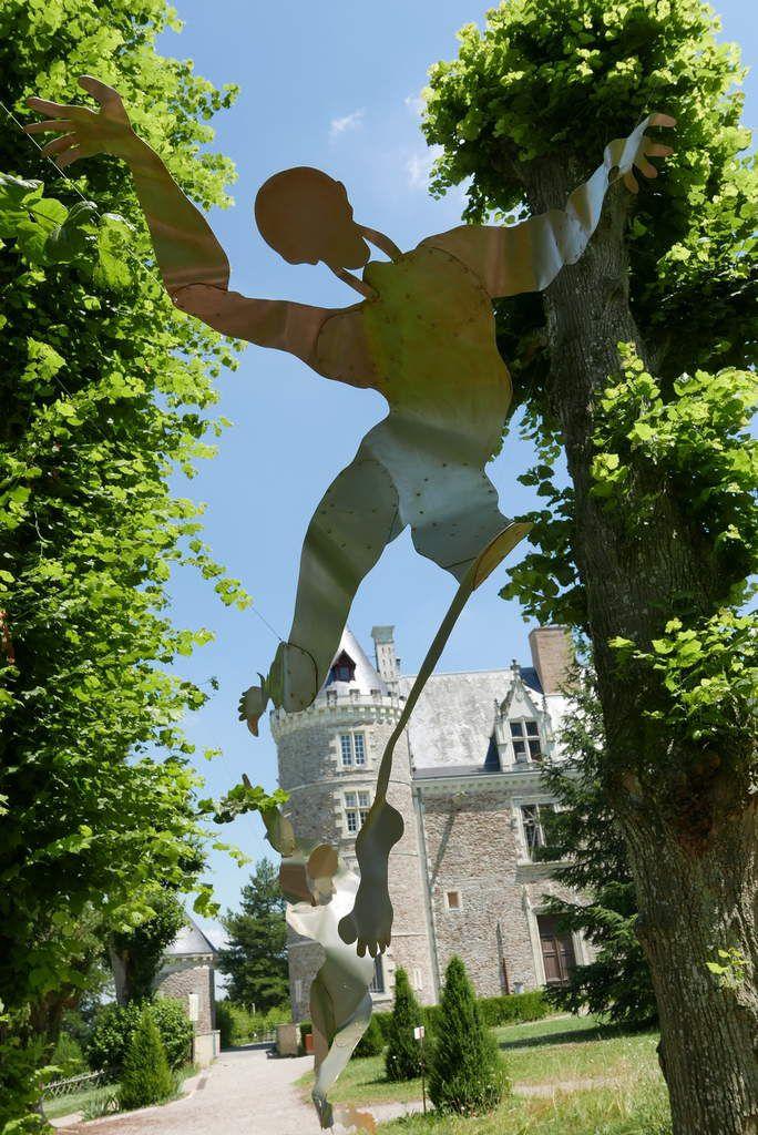 Scénographie imaginée et réalisée pour le parc du Musée Château de Villevêque, enrichie d'un choix de mots posés avec la complicité de l'auteur Philippe Roy, propose à chacun d'aborder l'oeuvre par le sens et ses différents états émotionnels...Photos Serge Crampon
