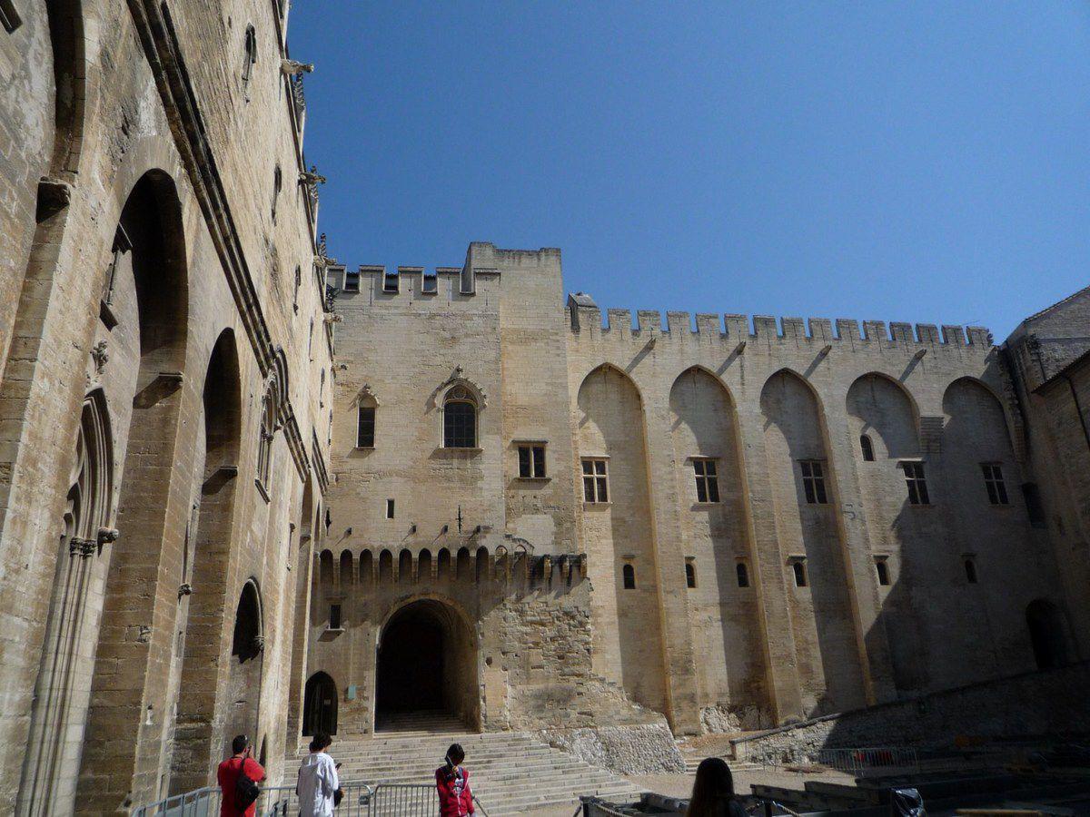Le palais des Papes et son immense cloitre (avril 2011, image personnelle)