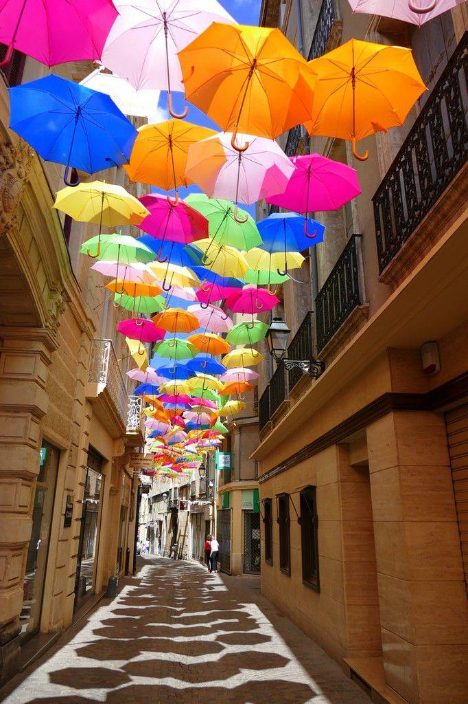 Installation de parapluies au dessus des ruelles du centre ville pour leur apporter de l'ombre et de la couleur (images personnelles, juin 2016)