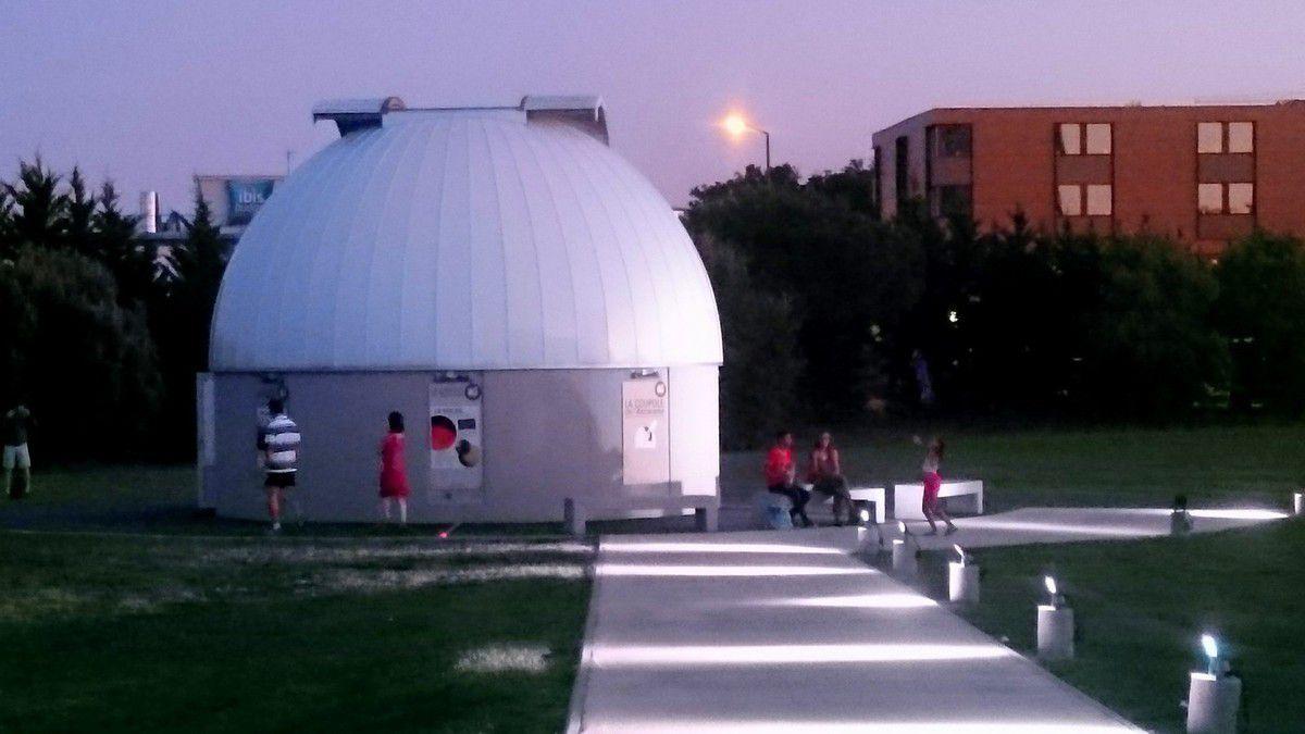 La nuit tombe sur les jardins de la Cité de l'Espace et ses emblèmes (Ariane 5, la station Mir, le Terradôme) (août 2015, images personnelles)