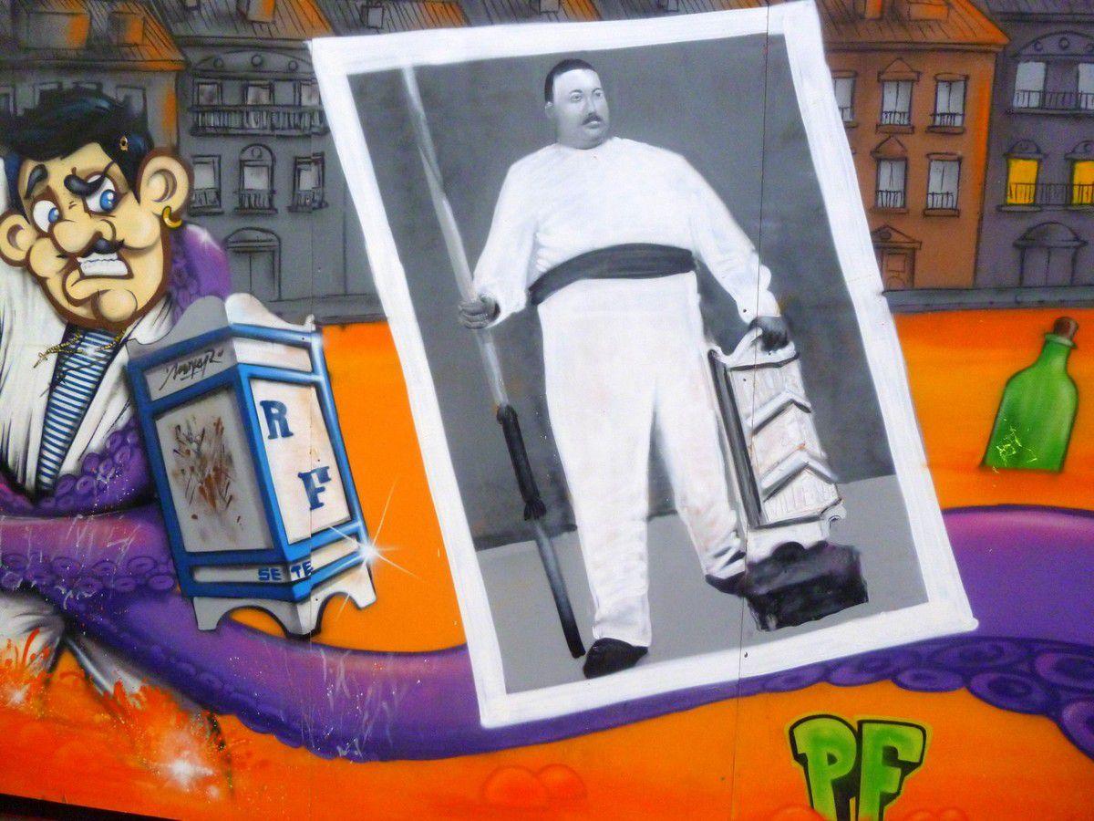 Une fresque rendant hommage aux symboles de la ville décore l'arrière des tribunes des officiels (août 2014, images personnelles)