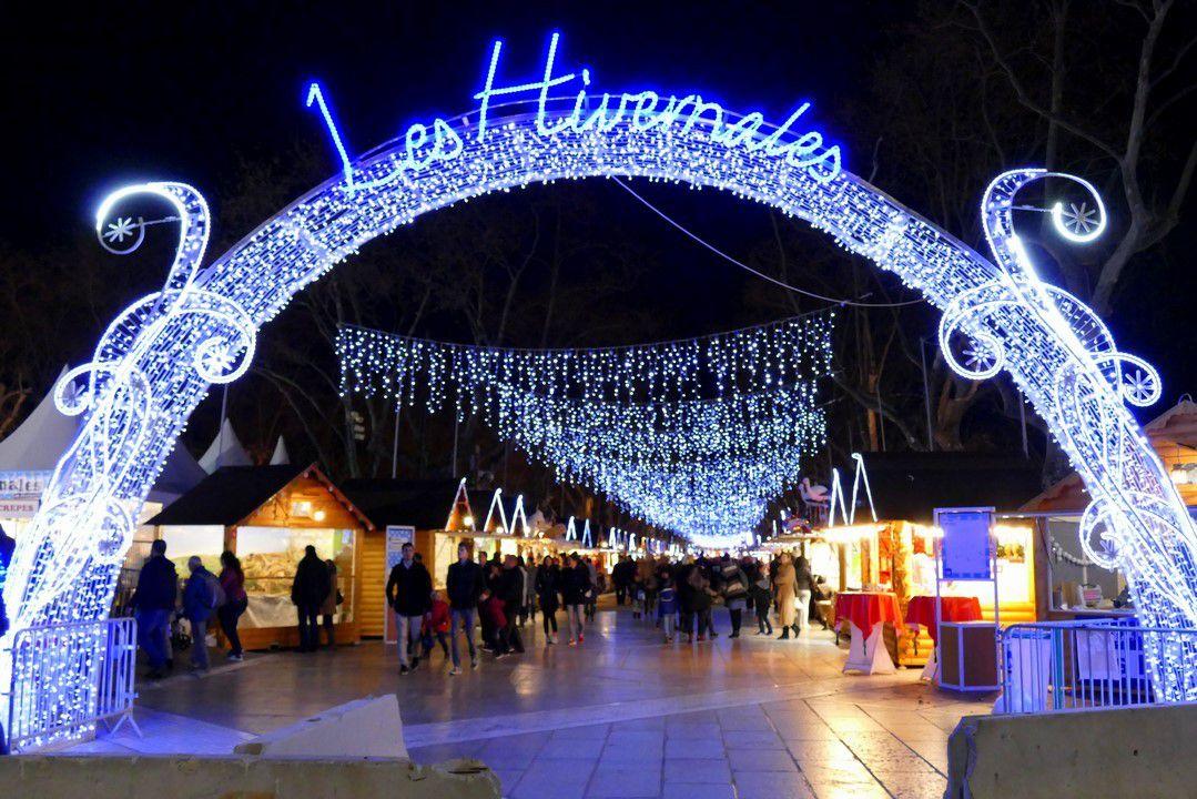 Un marché de Noel féérique illuminé par de magnifiques décorations lumineuses (décembre 2016, images personnelles)