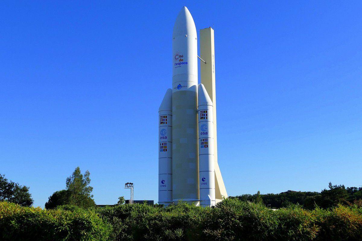 La fusée Ariane 5 trône fièrement dans les jardins et est visible depuis le périphérique tout proche ( août 2016, image personnelle)