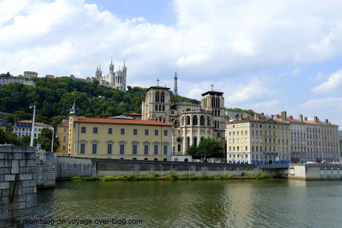 Entre les collines de Fourvière et de la Croix Rousse coule la Saône (Août 2018, images personnelles)