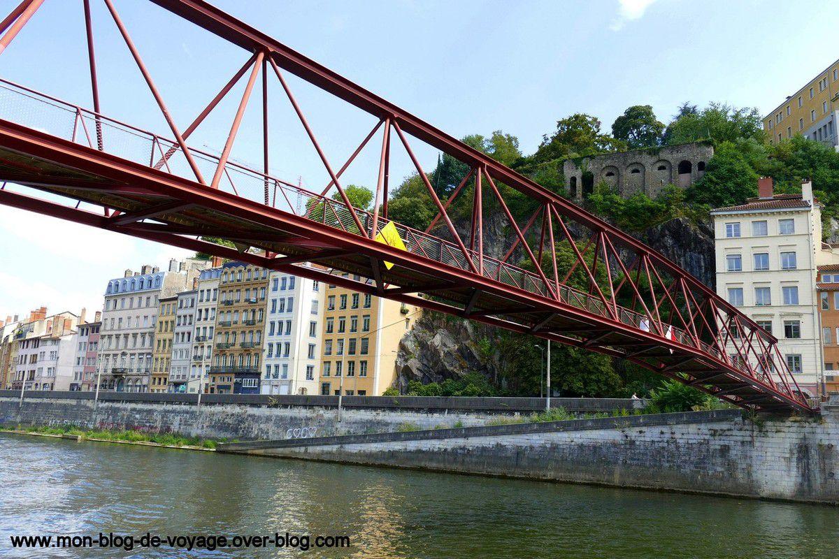 Quelques ponts qui enjambent le cours d'eau et permettent de faciliter les déplacements (août 2018, images personnelles)