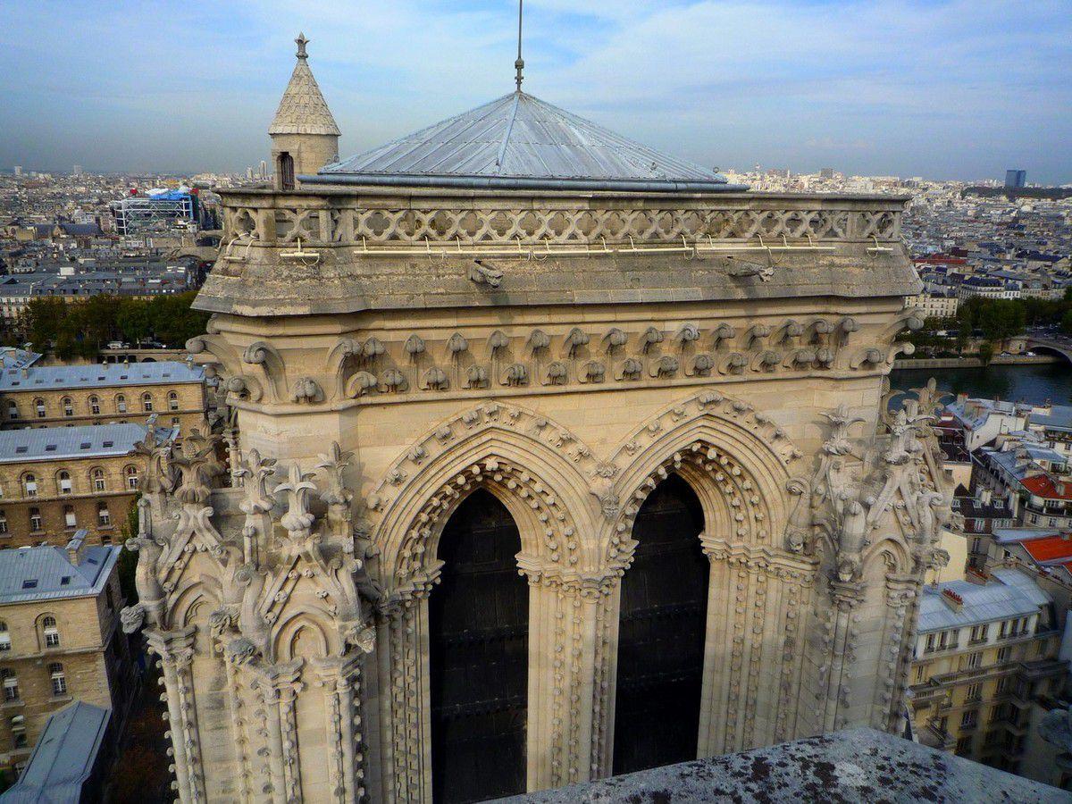 Le sommet des tours, la flèche et les toits de Notre Dame (images personnelles, septembre 2011)