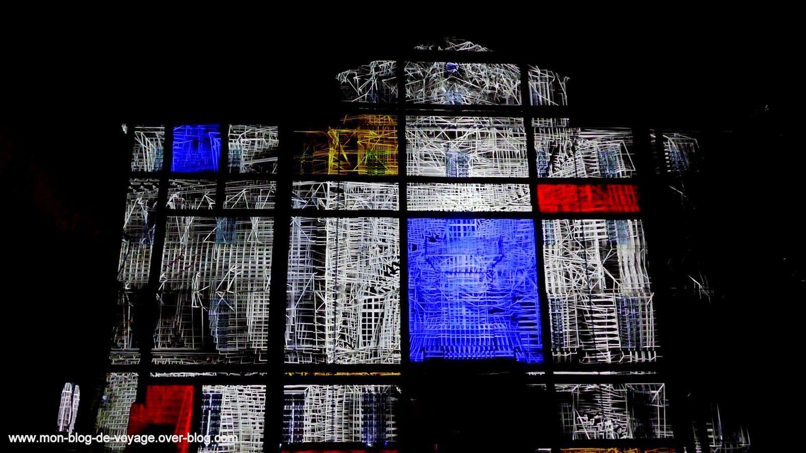 Quelques images du mapping coloré et géométrique à souhait, projeté sur la façade du musée Fabre (Novembre 2019, images personnelles)