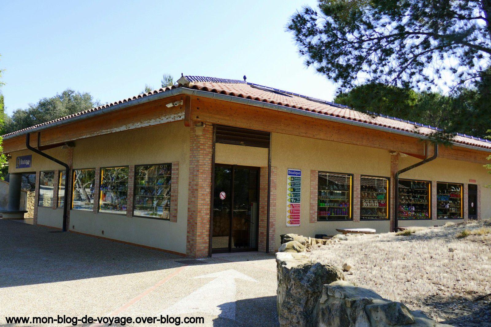 L'aire de pique nique, la vaste boutique et le snack de la réserve situés à l'entrée du parcours à pied (mars 2019, images personnelles)