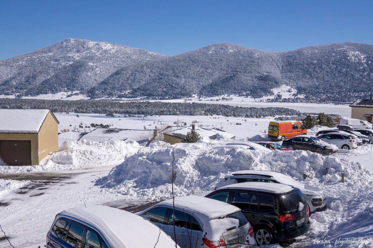 Retour cette année dans cette sympathique petite station pyrénéenne avec toujours beaucoup de monde et des queues interminables au départ des remontées mécaniques mais il suffit d'être patient et tout se passe toujours très bien .... Un énorme plus par rapport à la saison dernière , une neige abondante qui est tombée à plusieurs reprises dans la semaine et surtout une neige d'excellente qualité pour skier et tout ça , sous un soleil resplendissant .....