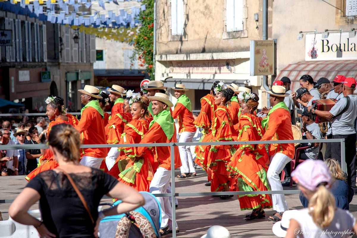 Folklore de Confolens 2018 ; danses dans la rue et au théatre des Ribières ....