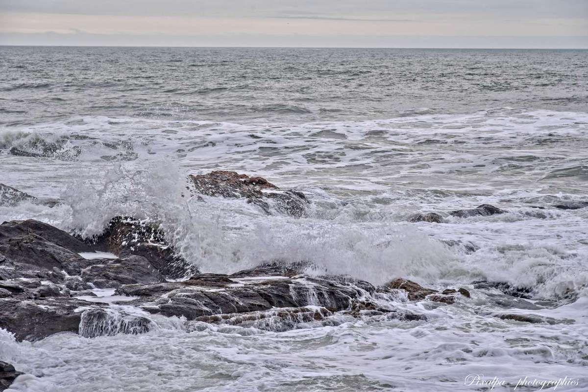 La côte rocheuse vendéenne à marée haute ...