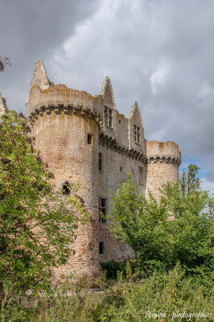 Chateau fort de l'Ebaupinay ...