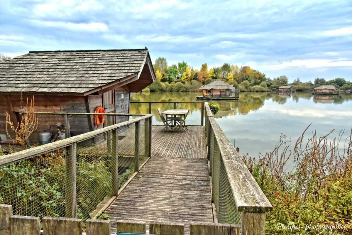 Cabanes sur l'eau ...Le village flottant à Pressac (86)