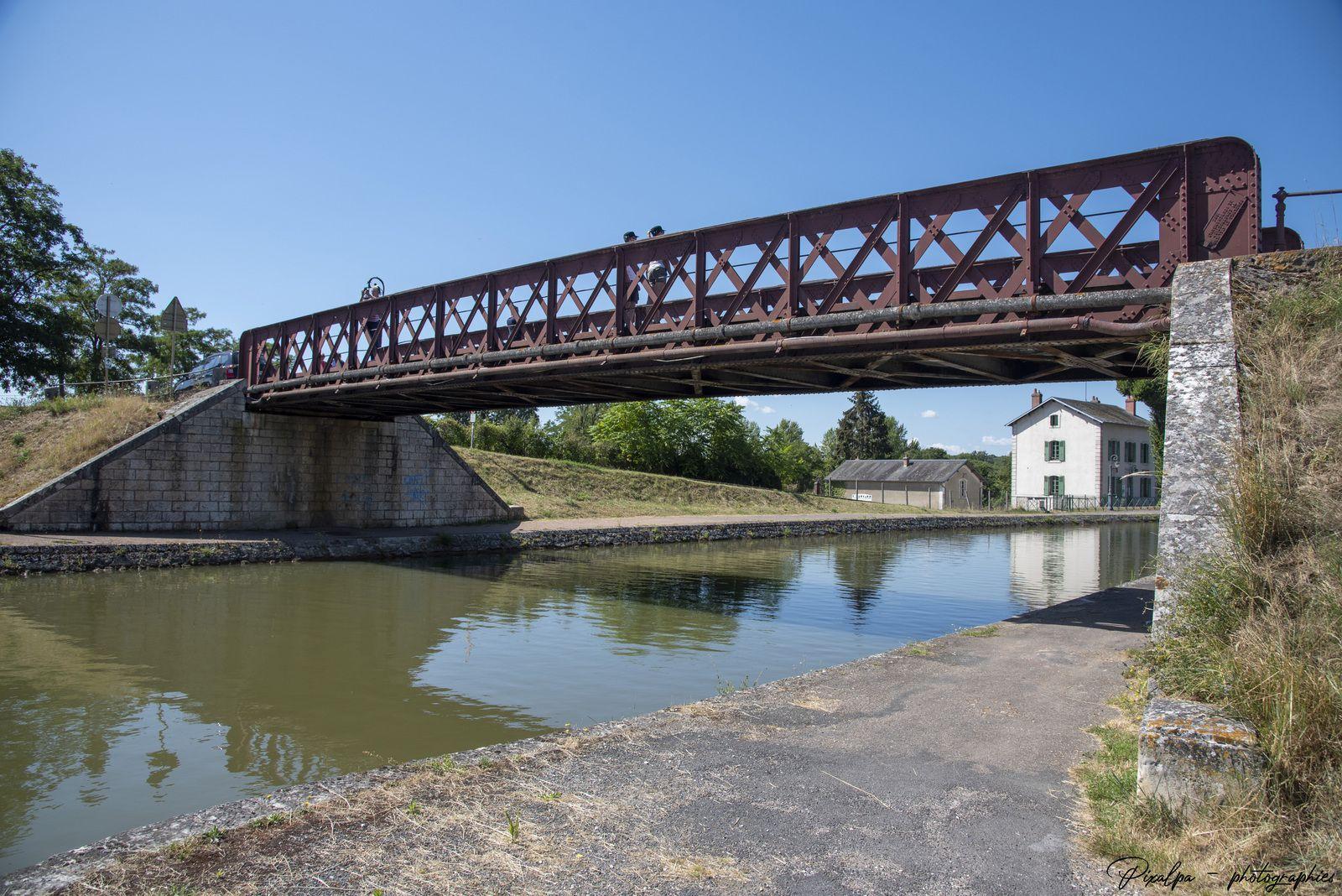 Pont canal de Briare, dans le Loiret ...