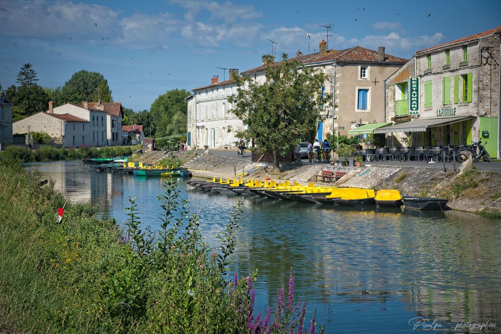 Coulon, capitale de la Venise verte, dans les marais poitevins ...