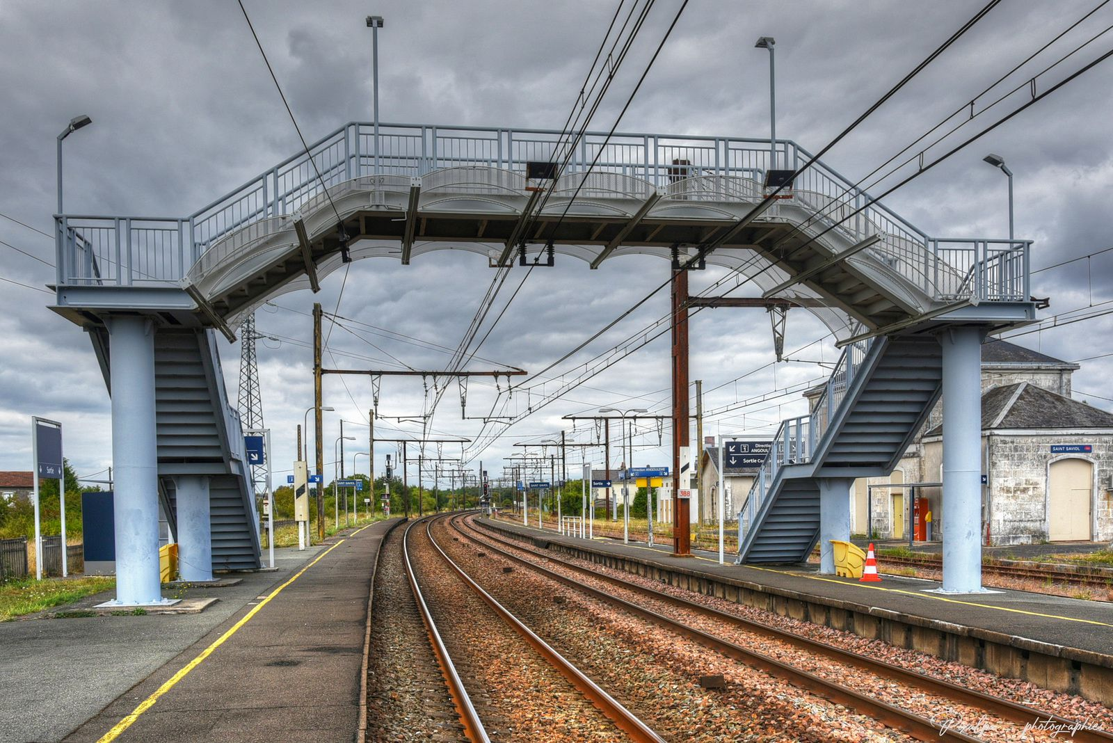 La gare de St Saviol, dans la Vienne , sur l'ancienne ligne Bordeaux-Paris ......