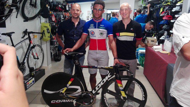 Remise officielle du vélo piste à Florian Grengbo