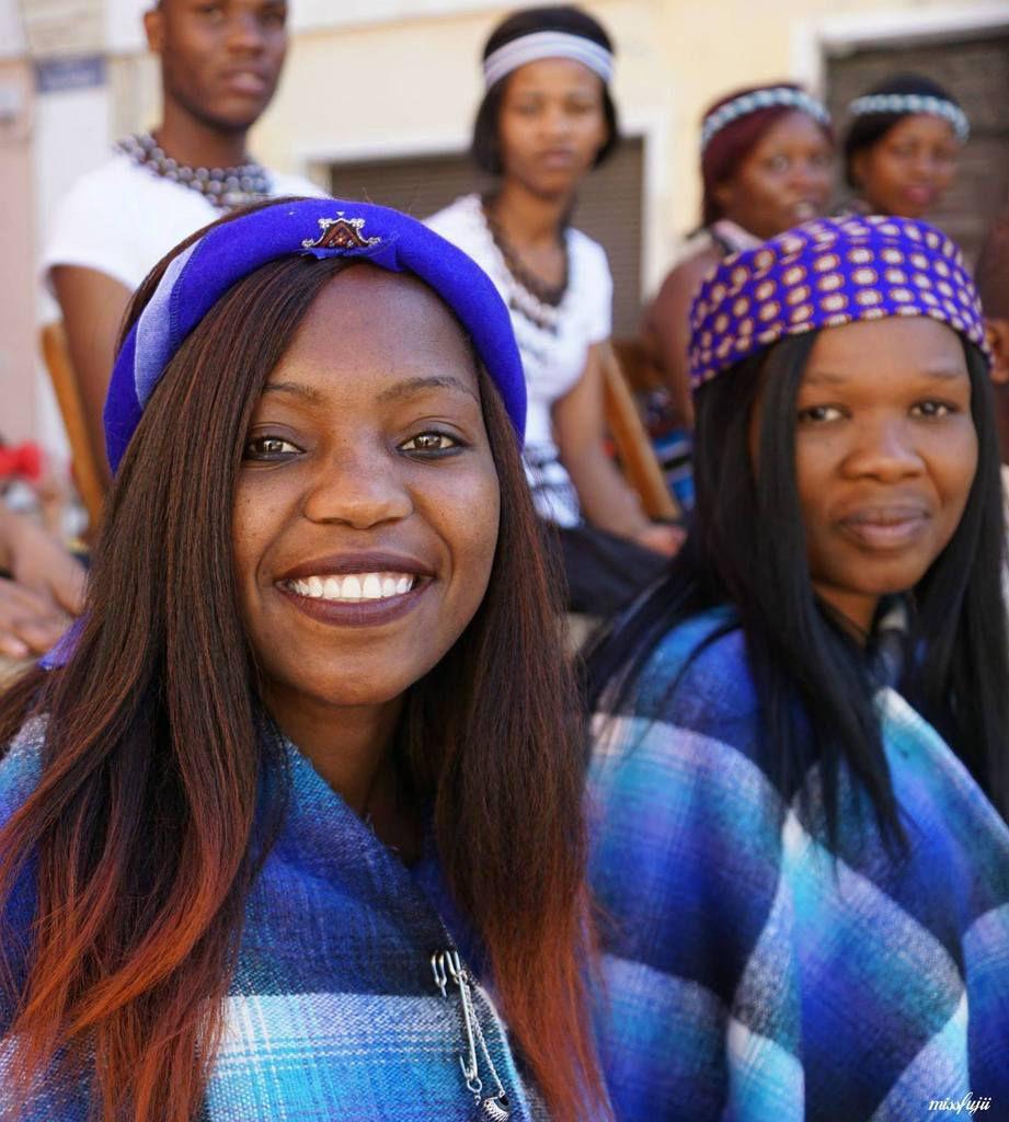 Le Botswana : leur riche répertoire se compose de danses et de chants s'inspirant des nombreuses ethnies qui forment cette région. Danses rythmées, danses plus cérémoniales, danses de la vie et une danse particulière nommée Hosana – prière pour la pluie,  sont autant de partages qui font voyager au cœur du Botswana !