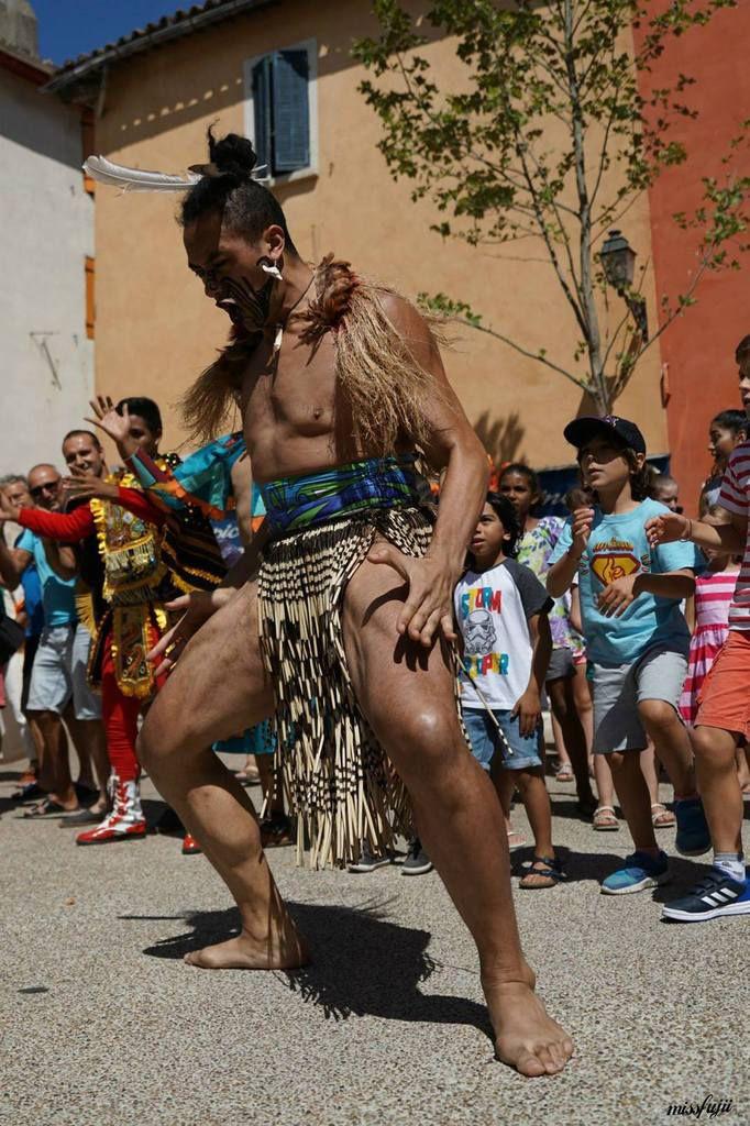 La Nouvelle-Zélande : artiste  Maori aux allures Polynésiennes, ils exécutent des danses traditionnelles et guerrières.